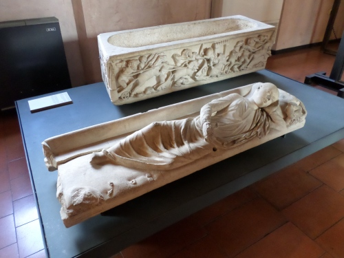 Sculptrue on sarcophagus lid